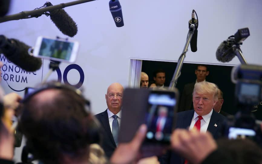 Президент США Дональд Трамп в сопровождении основателя ВЭФ Клауса Шваба беседует с журналистами