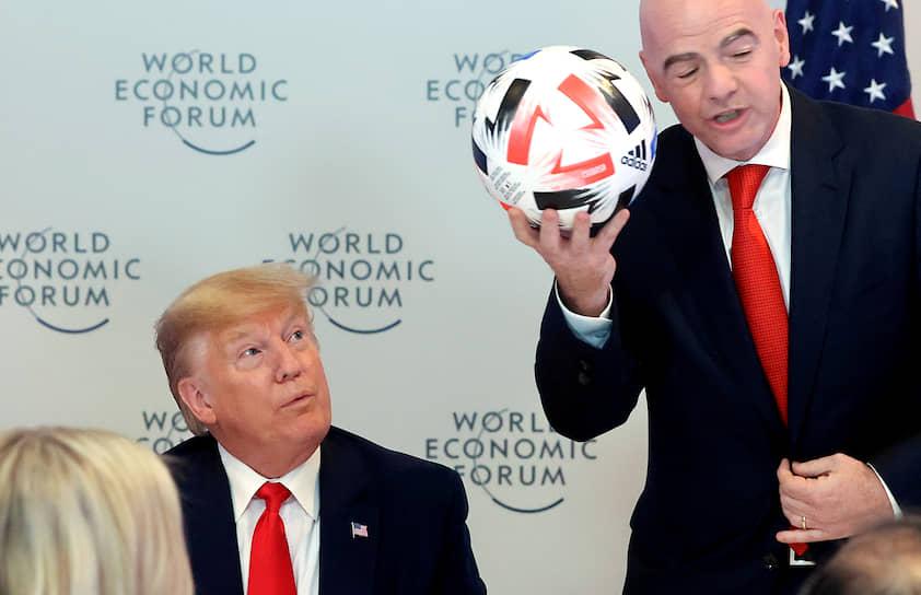 Президент США Дональд Трамп слушает речь главы FIFA Джанни Инфантино (справа)