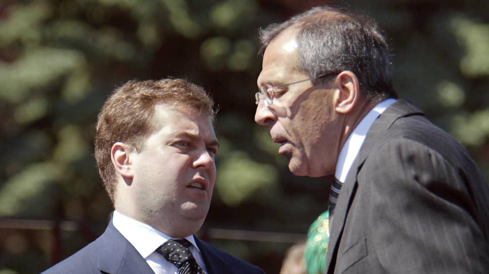 «Мне не платят за то, чтобы я был оптимистом». На фото: с тогдашним главой администрации президента России Дмитрием Медведевым (слева)