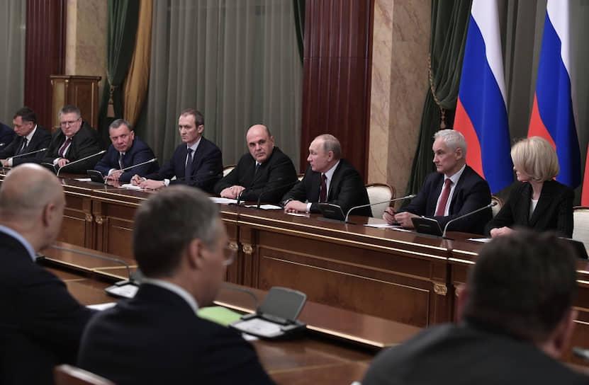 «Правительство у нас получилось очень сбалансированным. Достаточное количество людей, которые работали в прежнем составе, но в то же время очень большое обновление. Уверен, что вам удастся выйти на самые достойные показатели»,— сказал Владимир Путин на встрече с новым правительством