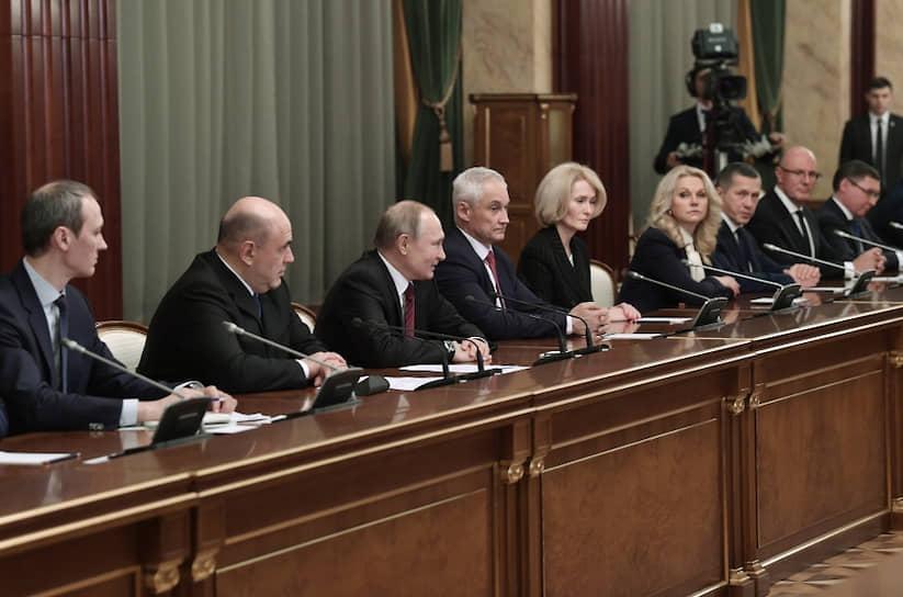 Согласно указу Владимира Путина, у премьер-министра Михаила Мишустина будет девять замов, в том числе один первый — Андрей Белоусов (на фото четвертый слева)