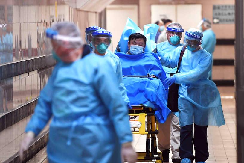 Вирусом заразились почти 8 тыс. человек (преимущественно в провинции Хубэй). Помимо Китая случаи заболевания были зафиксированы в США, Канаде, Германии, Франции, Японии, Австралии, Вьетнаме, Республике Корея, Малайзии, Непале, Сингапуре, Таиланде, Камбодже, ОАЭ, Шри-Ланке<br> На фото: госпитализация зараженного коронавирусом в Гонконге