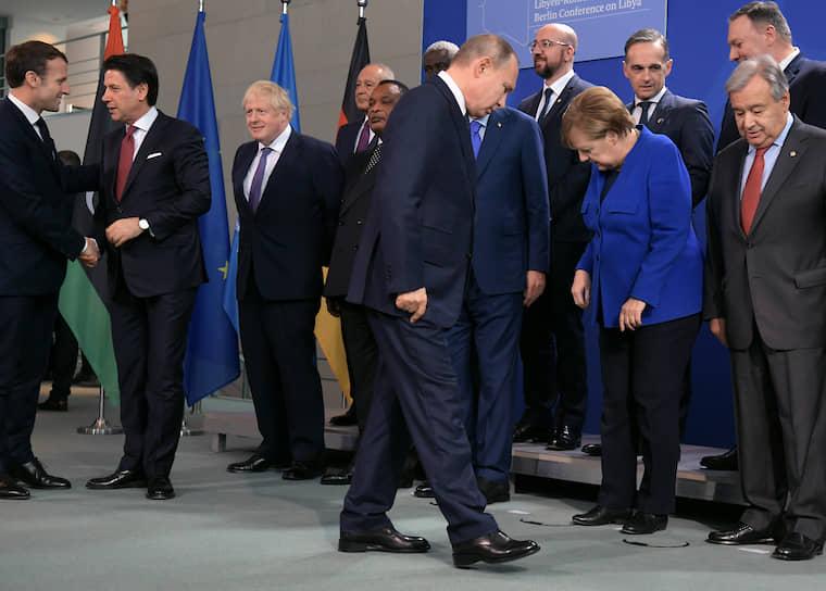 Берлин, Германия. Президент России Владимир Путин (в центре), президент Франции Эмманюэль Макрон (слева), премьер-министр Италии Джузеппе Конте (второй слева), премьер-министр Великобритании Борис Джонсон (третий слева), канцлер Германии Ангела Меркель (вторая справа) и генеральный секретарь ООН Антониу Гутерриш (справа) перед конференцией по Ливии