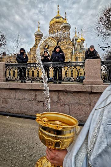 Санкт-Петербург, Россия. Священнослужители и сотрудники полиции во время обряда освящения водоема перед крещенскими купаниями