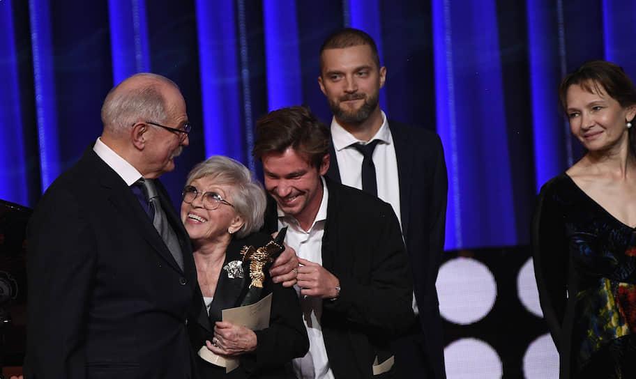 Слева направо: председатель Союза кинематографистов России, кинорежиссер Никита Михалков, актеры Алиса Фрейндлих и Александр Петров
