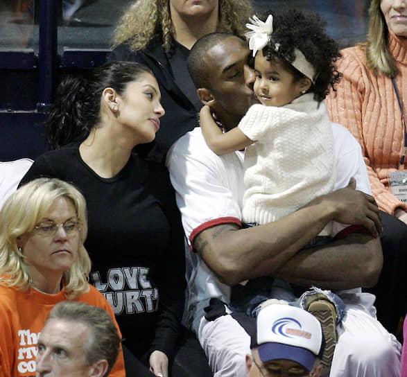 Коби Брайант с дочерью Наталией и женой Ванессой на баскетбольном матче между командами Gonzaga и Pepperdine в Малибу