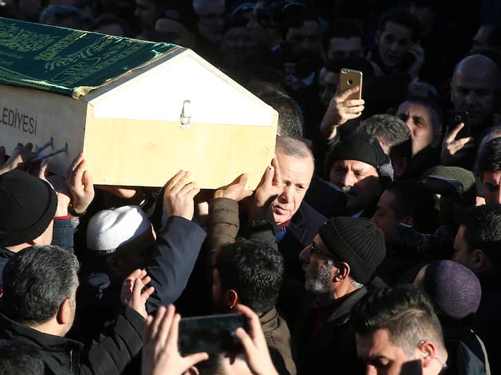25 января президент Турции Реджеп Тайип Эрдоган (на фото в центре) посетил пострадавшие районы. «Нам удалось извлечь много людей из-под завалов. Мы будем делать все, что от нас зависит. Никого не оставим без еды и без крова», — сказал он на месте спасательных работ