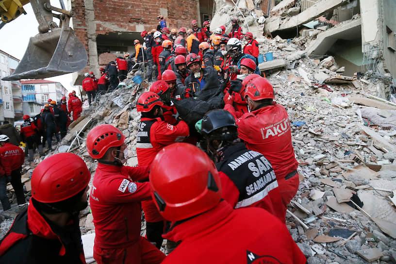 В пострадавших от подземных толчков районах продолжаются поисково-спасательные работы