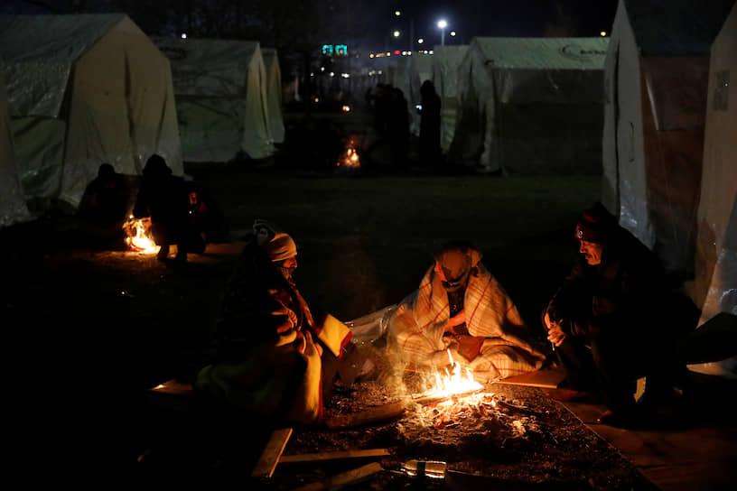 Сотни людей переселились в палатки и согреваются у костров