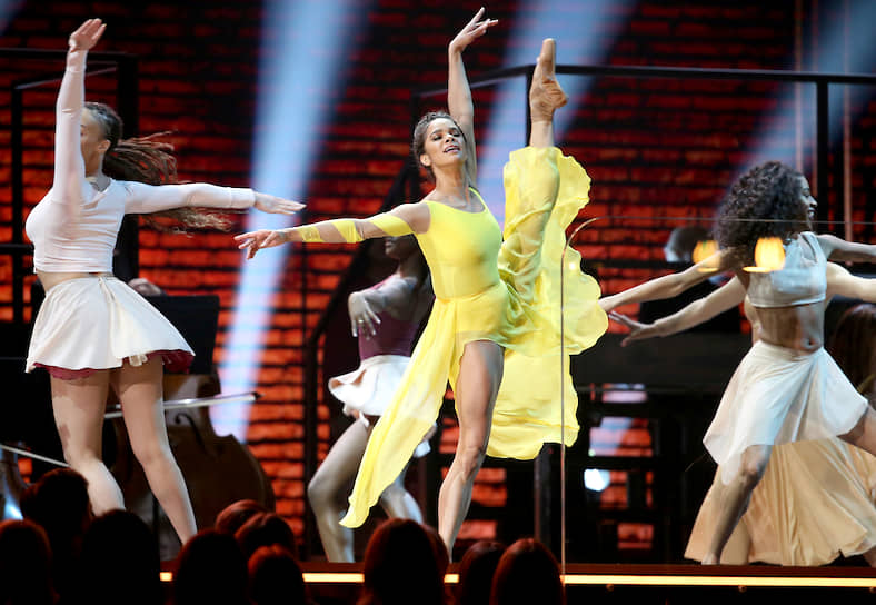 Танцовщица и балерина Мисти Коуплэнд (в центре)