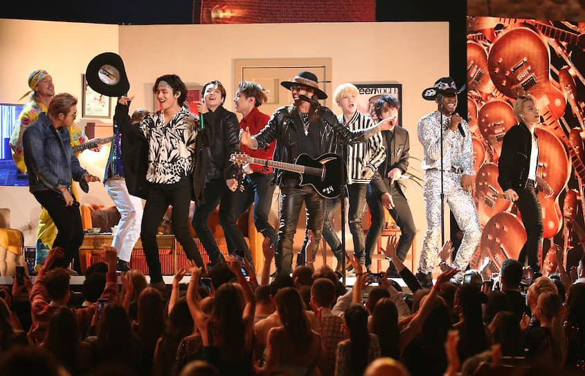 Певец Билли Сайрус (в центре) и рэпер Lil Nas X (второй справа) получили награду в номинации «Лучшее поп-исполнение дуэтом или группой»  <br>На фото: во время выступления с южнокорейской группой BTS