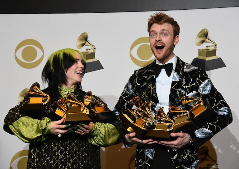 Певица Билли Айлиш и ее брат, продюсер Финнеас О'Коннелл позируют фотографам