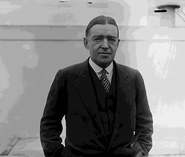 Англо-ирландский исследователь Эрнест Шеклтон лично командовал двумя экспедициями. В ходе первой (1907—1909) было совершено восхождение на вершину вулкана Эребус, достигнут Южный магнитный полюс. Из-за нехватки продовольствия, Шеклтону не удалось достичь главной цели — Южного полюса