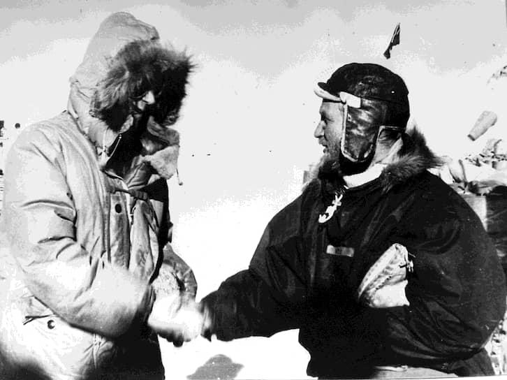 Британский полярный исследователь Вивиан Фукс (справа) и новозеландский альпинист Хиллари Эдмунд впервые в истории успешно пересекли шестой материк на дистанции 3473 км в ходе трансантарктической экспедиции британского содружества (1955—1958), ставшей одной из главных сенсаций 1958 года