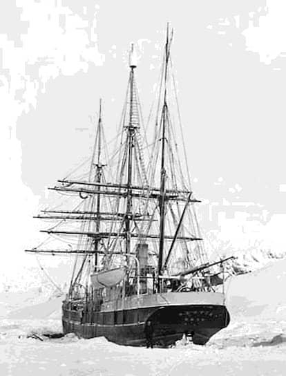 В ходе экспедиции была создана первая в Антарктике обитаемая метеорологическая станция, проведены исследования глубин Южного океана, открыты новые земли и собрано большое количество биологических и геологических образцов <br>На фото: экспедиционное судно Брюса «Скотия» у острова Лори (Антарктика)