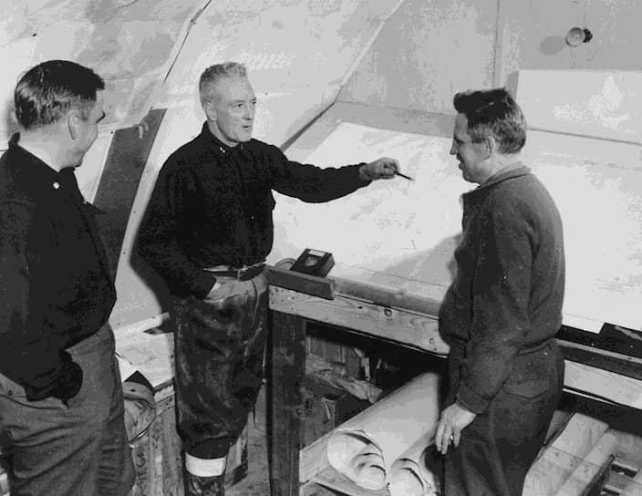 В 1946—1947 годах ВМС США организовали и провели антарктическую экспедицию «Высокий прыжок» (Highjump), основной научной целью которой было создание исследовательской станции «Литл-Америка IV». Руководителем экспедиции был контр-адмирал в отставке Ричард Берд. В состав оперативного соединения входили 4700 человек, 13 кораблей и 33 самолета