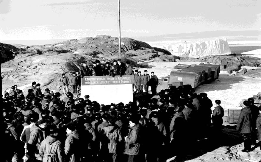 С середины XX века изучение Антарктиды приняло промышленный характер. В рамках проведения Международного геофизического года (1957—1958) представители 11 государств построили более 60 станций и постоянных баз на материке, ведущих исследования круглый год