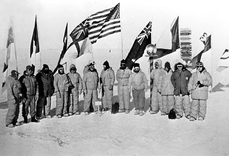 Участники экспедиции, возглавляемой Евгением Толстиковым на антарктическом полюсе недоступности
