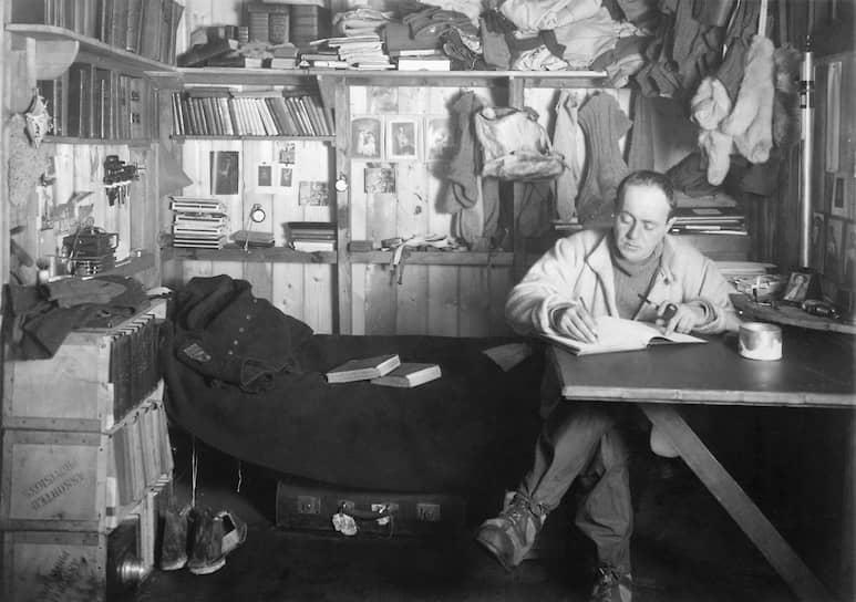 Британский полярный исследователь, военный моряк Роберт Скотт возглавлял две экспедиции в Антарктику. В ходе первой (1901—1904) на карту было нанесено более 200 гор и долин, открыты южные оазисы, свободные от снега и льда, колонии пингвинов и окаменевшие доисторические растения, доказывающие связь Антарктиды с древним континентом Гондвана. Тогда же впервые были совершены санные походы по антарктическому леднику