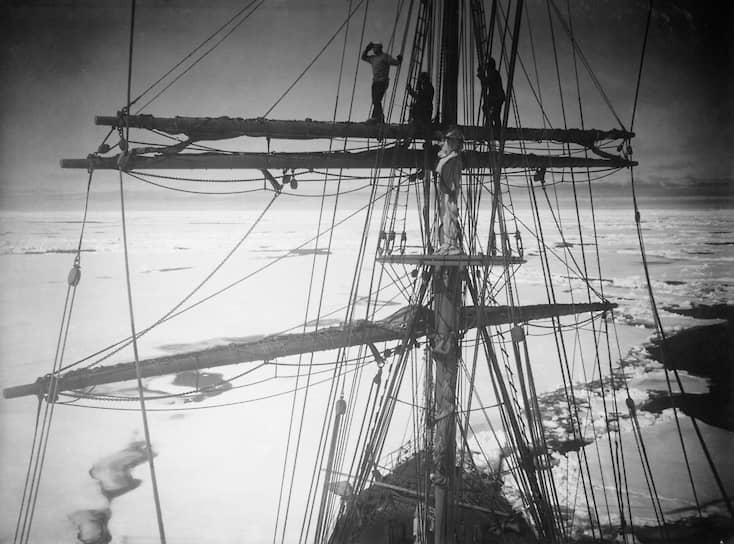 17 января 1912 года во время второй экспедиции (1912—1913) Скотт достиг Южного полюса, обнаружив, что его на несколько недель опередила норвежская экспедиция Руаля Амундсена. Роберт Скотт и его товарищи погибли на обратном пути от холода и физического истощения