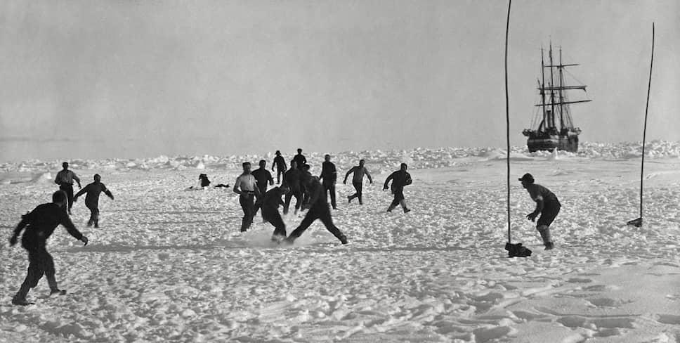 Вторая экспедиция (1914—1917) ставила перед собой цель пересечь весь Антарктический материк, однако тяжелые ледовые условия не позволили выполнить намеченную программу. В ходе экспедиции капитан корабля «Аврора» Энеас Макинтош и двое его спутников пропали без вести <br>На фото: участники экспедиции Шеклтона играют в футбол