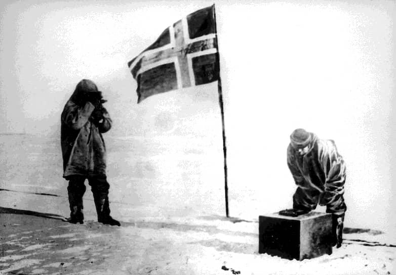Главным достижением Амундсена было покорение Южного полюса 14 декабря 1911 года, равносильное победе в так называемой «полярной гонке», главными участниками которой по прогнозам должны были стать США и Англия <br>На фото: норвежские первопроходцы на Южном полюсе