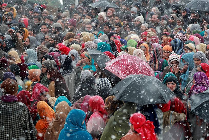 Редвани, штат Джамму и Кашмир, Индия. Похороны местного жителя, по данным местных СМИ, убитого в перестрелке с индийскими военными