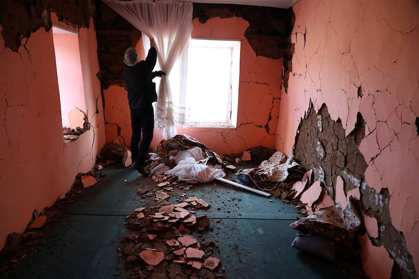 Малатья, Турция. Местный житель проверяет повреждения своего дома после землетрясения