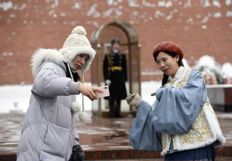Москва, Россия. Туристы фотографируются у могилы Неизвестного солдата в Александровском саду