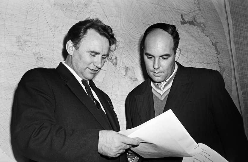 После обработки результатов первой советской антарктической экспедиции (1955—1957), географ Андрей Капица (справа) выдвинул гипотезу о существовании огромного подледного озера под антарктической станцией «Восток». В 1996 году гипотеза подтвердилась. Озеро может считаться последним географическим открытием XX века