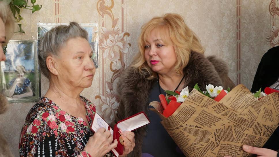 Глава горсовета Керчи Мая Хужина (справа)