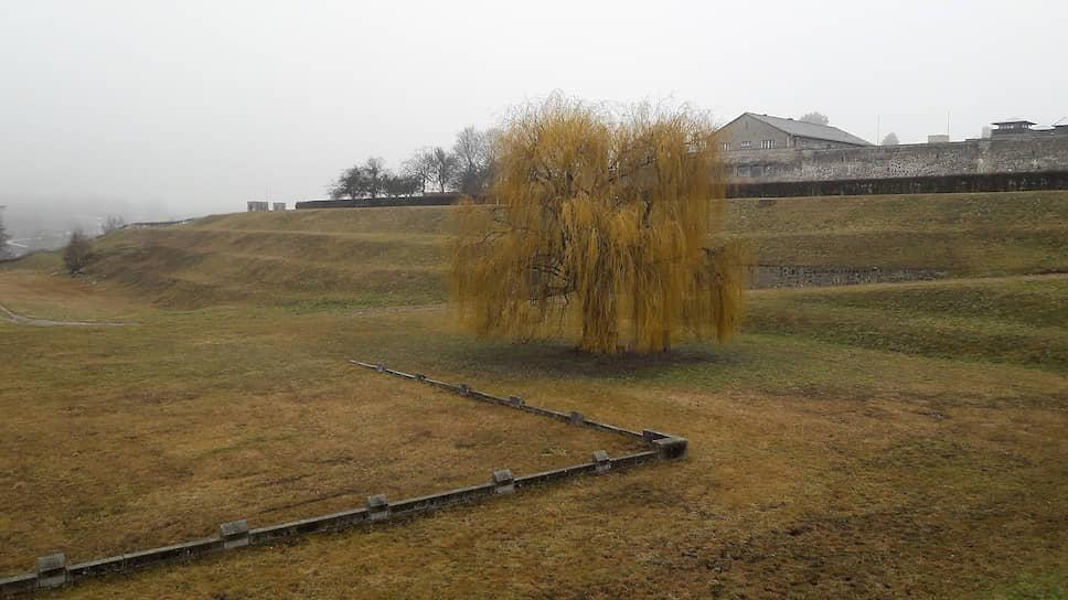 Концлагерь Маутхаузен. По первоначальной задумке — всего лишь место содержания почти бесплатной рабочей силы, добывающей гранит для стройки века. Лагерь — на холме, каменоломня — за холмом слева