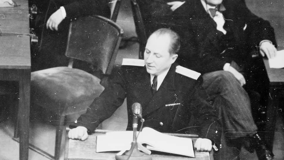 Главный обвинитель от СССР Роман Руденко выступает на Нюрнбергском процессе во Дворце Юстиции, ноябрь 1945 года