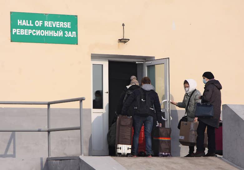 У многих из тех, кто воспользовался временным «окном» на границе, родной дом и рабочее место находятся на противоположных берегах Амура. Китайцы кормят семьи, работая в Амурской области, жители Приамурья тоже находят источники своего основного заработка в Китае