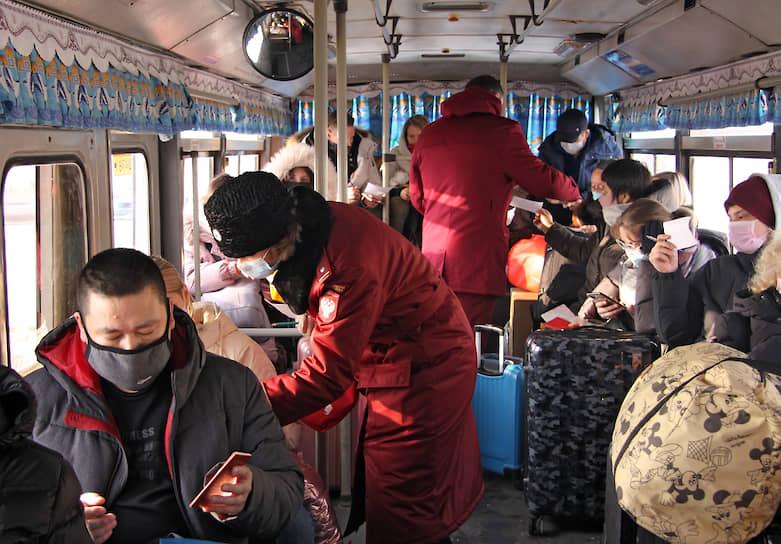 Первыми на границе туристов встречают сотрудники Роспотребнадзора, которые опрашивают туристов и осматривают их тепловизором. Это первый санитарный барьер на российско-китайской границе