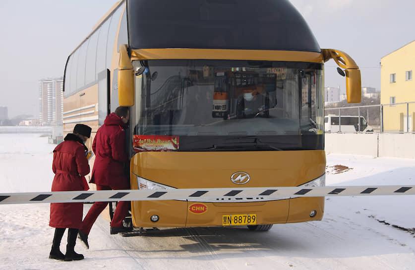 Вернувшимся из Китая туристам рекомендуется в течение двух недель следить за состоянием своего здоровья и при проявлении симптомов инфекционного заболевания и повышении температуры сразу вызывать медиков
