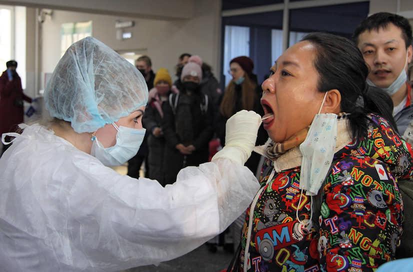 Медики внимательно осматривают туристов. В случае, если будет явные симптомы, что человек болен, его сразу же уведут в карантинную зону. Среди туристов подозрения вызвала только одна китайская туристка — у нее врачи заметили капельки пота на лице. Женщина пояснила, что ей просто стало жарко из-за теплой одежды и тяжелых сумок, но врачи все же измерили температуру