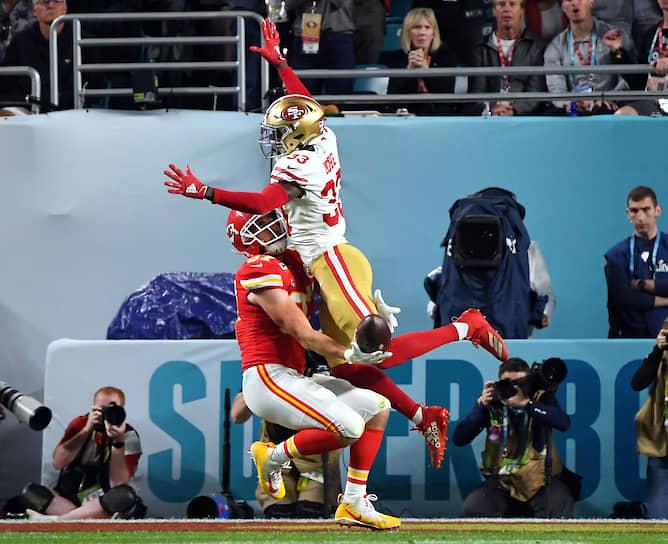 Игрок «Канзас-Сити Чифс» Трэвис Келс (слева) и футболист «Сан-Франциско 49» Тарвариус Мур