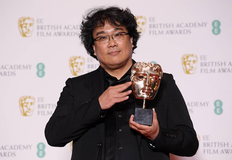 Режиссер Пон Чжун Хо с наградой за «Лучший неанглоязычный фильм» за картину «Паразиты»