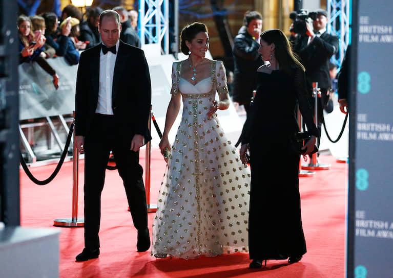 Принц Уильям с супругой Кейт Миддлтон (слева)