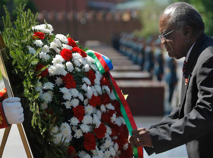 <b/>Хификепунье Лукас Похамба</b> — президент Намибии (2005-2015), лидер правящей партии СВАПО, активный участник борьбы за независимость страны от ЮАР  <br>Получил образование в английской миссионерской школе, затем в 1981 году защитил диплом в Университете дружбы народов