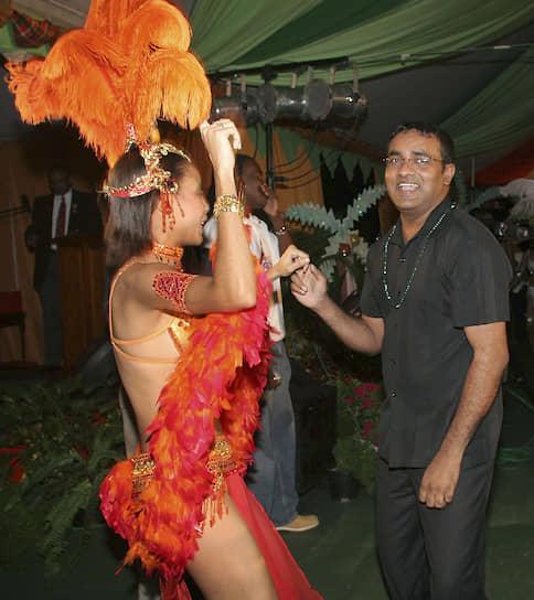 <b/>Бхаррат Джагдео</b> — президент Гайаны (1999-2011). На момент избрания был одним из самых молодых глав государств в мире (35 лет) <br>Окончил факультет экономики и права УДН в 1990 году по специальности «планирование национальной экономики», получил степень магистра экономики