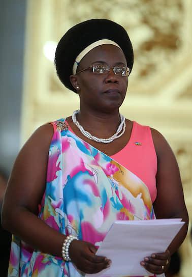 <b/>Жанна д'Арк Мужавамария</b> ― министр окружающей среды Руанды. С 2013 по 2019 год была послом Руанды в России  <br>Окончила бакалавриат и магистратуру факультета  физико-математических и естественных наук РУДН в 1997 году