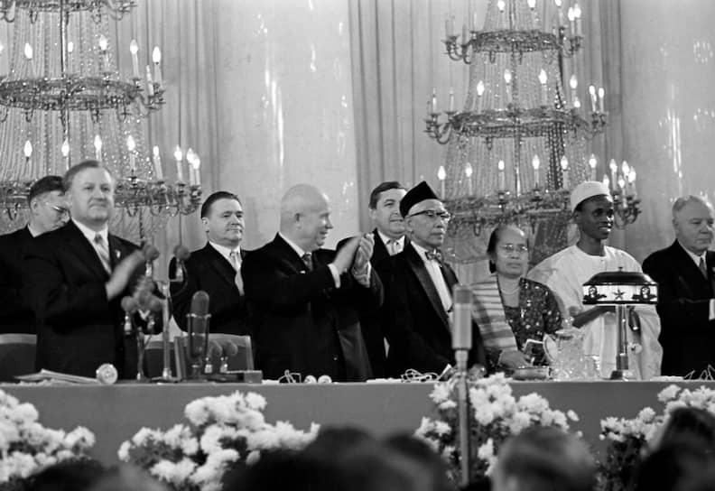 Университет дружбы народов (УДН) был основан 5 февраля 1960 года решением правительства СССР с целью оказания помощи странам, прошедшим деколонизацию на рубеже 1950-1960-х годов <br> На фото: первый секретарь ЦК КПСС Никита Хрущев (в центре) на торжественном собрании, посвященном открытию университета