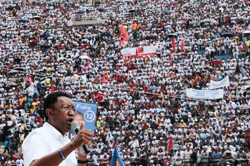 <b>Эри Радзаунаримампианина, президент Мадагаскара</b><br> В мае 2015 года парламент Мадагаскара большинством голосов проголосовал за объявление импичмента президенту страны Эри Радзаунаримампианине, обвинив его в непрофессионализме, невыполнении предвыборных обещаний и нарушении конституции. В июне Конституционный суд отклонил требование парламента как необоснованное, посчитав, что для него нет оснований