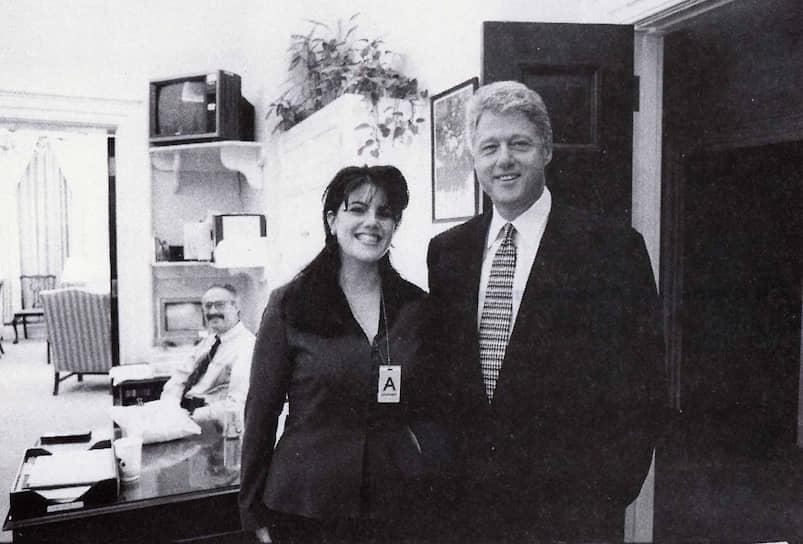 <b>Билл Клинтон, президент США</b><br> В 1998 году в США разгорелся скандал из-за интимных отношений Клинтона с сотрудницей Белого дома Моникой Левински. Его попытки все отрицать привели к запуску процедуры импичмента из-за лжесвидетельства и препятствования правосудию. Все обвинения были отклонены Сенатом в феврале 1999 года. До этого процедура импичмента в США использовалась более века назад и завершилась тем же — для отстранения от власти Эндрю Джонсона в 1868 году не хватило голосов в Сенате