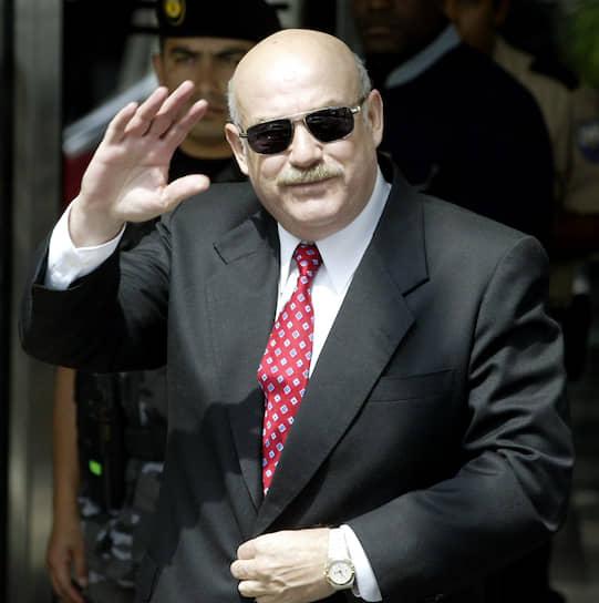 <b>Луис Гонсалес Макки, президент Парагвая</b><br> В 2002 году была запущена процедура импичмента в отношении президента Парагвая Луиса Гонсалеса Макки. Оппоненты обвиняли его в нерациональном использовании госсредств и нелегальной покупке угнанного автомобиля BMW. В феврале 2003 года инициатива провалилась из-за недостаточной поддержки в сенате. Примечательно, что его предшественник Рауль Кубас, также столкнувшийся с угрозой импичмента, добровольно покинул свой пост