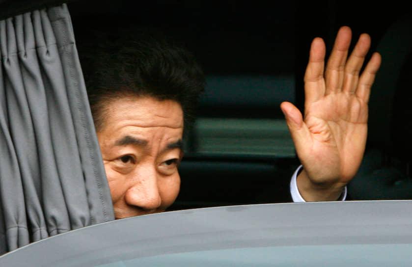 <b>Но Му Хен, президент Южной Кореи</b><br> В марте 2004 года парламент Южной Кореи одобрил резолюцию об импичменте президента Но Му Хена, обвиненного в некомпетентности и незаконной политической агитации. Он неосторожно объявил о поддержке пропрезидентской партии «Уридан» на предстоящих парламентских выборах. Власть в стране временно перешла к премьер-министру Ко Гону. В мае импичмент был отклонен Конституционным судом