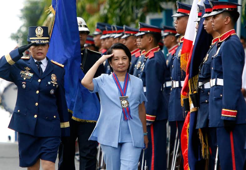 <b>Глория Макапагал Арройо, президент Филиппин</b><br> Первая женщина президент Филиппин провела на своем посту два полных срока, несмотря на попытки объявить ей импичмент в 2005, 2006, 2007 и 2008 годах. Оппозиционеры обвиняли Арройо в подтасовке результатов выборов, нарушении прав человека и коррупции. Каждый раз попытки довести процедуру до конца проваливались из-за преобладания ее сторонников в палате представителей