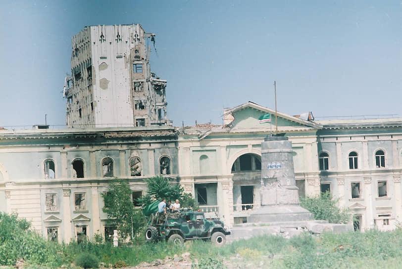 Бывшее здание дворца пионеров, на заднем плане — Грозненский нефтяной университет имени Миллионщикова